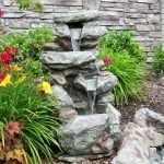 Конструкция из камня на клумбе