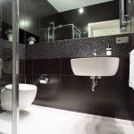 Дизайн ванной в черном цвете с белым полом