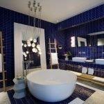Синий кафель в ванной