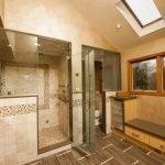 Вариант размещения душевой кабинки в ванной комнате
