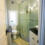 Маленькая ванная комната с душевой кабинкой