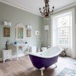 Фиолетовая ванная в центре комнаты