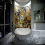 Контрастная расцветка стены в ванной комнате