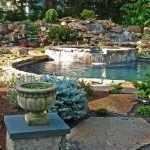 Классический пруд у загородного дома