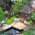 Декоративный домик у пруда