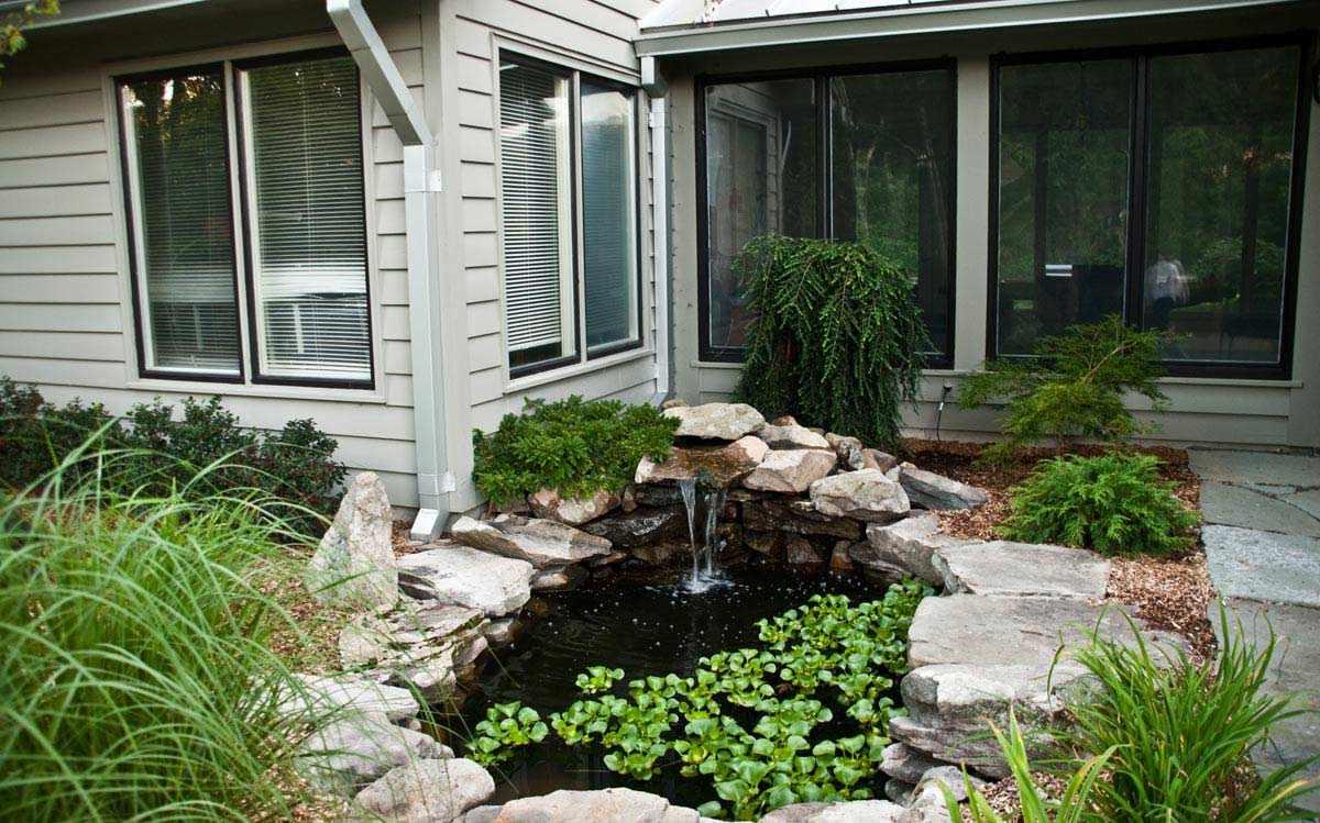 Красивый пруд у дома