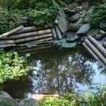 Оригинальный декор пруда