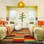 Яркий коврик на полу