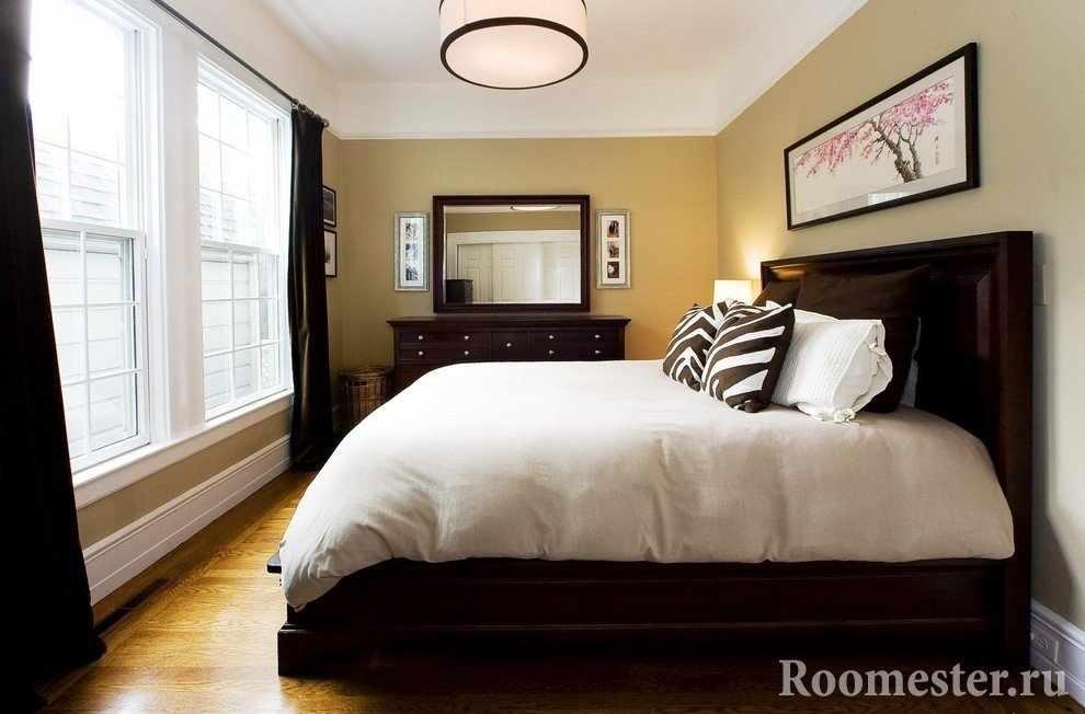 Зеркало и картины в интерьере спальни