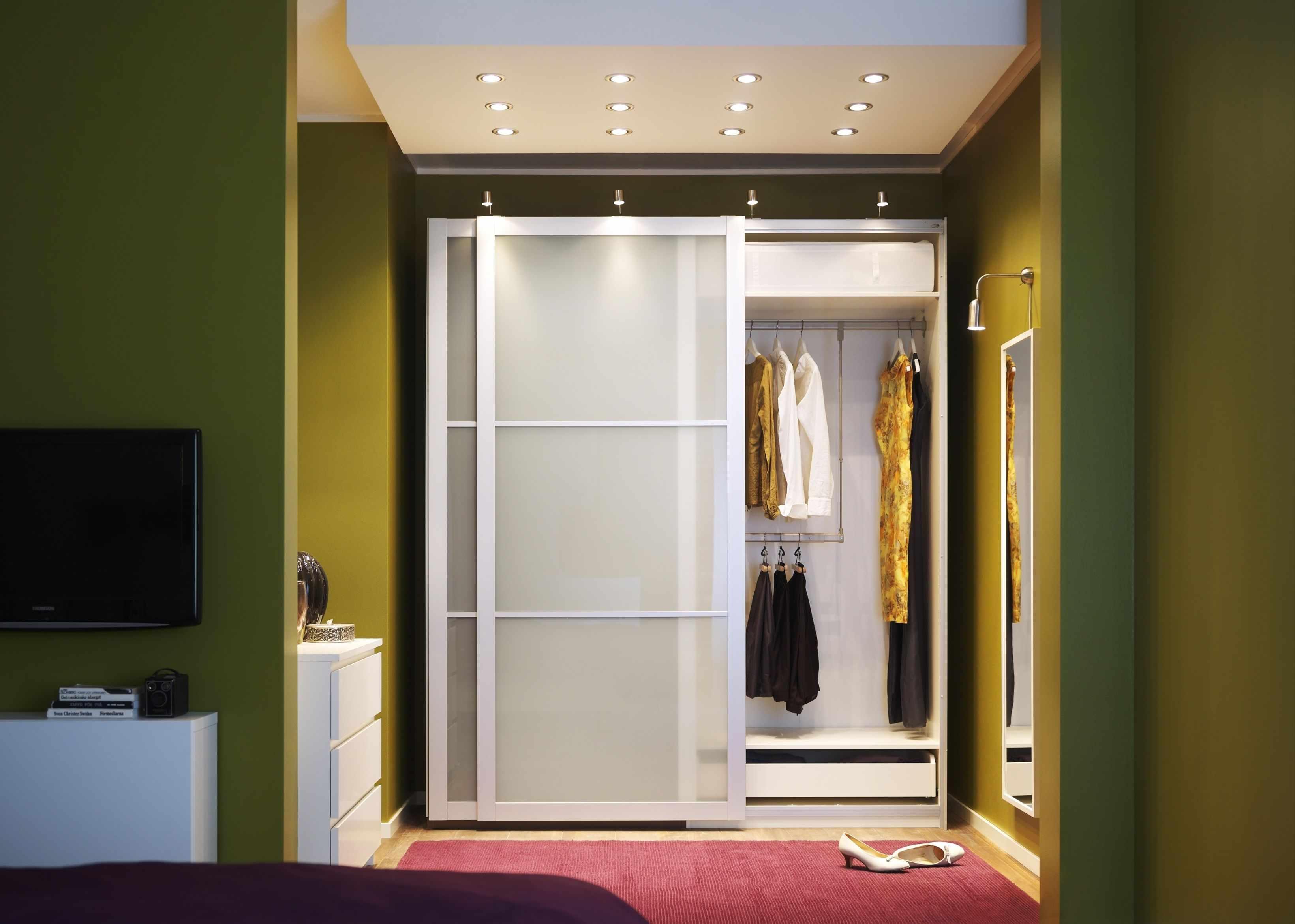 Белый шкаф-купе с подсветкой