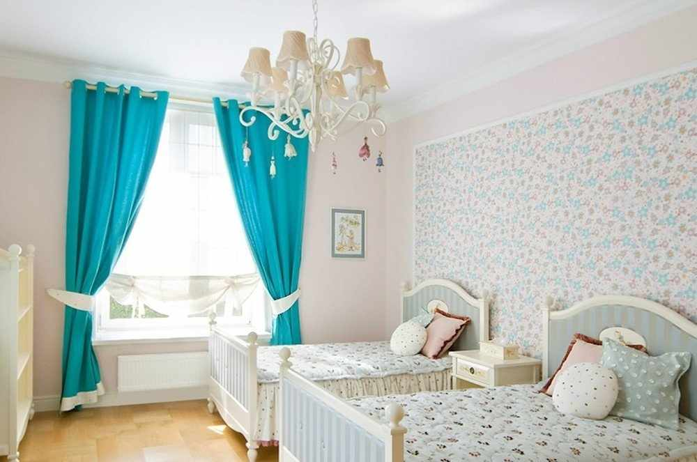 Бирюзовые шторы в белой комнате