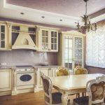 Интерьер кухни с красивой мебелью