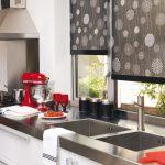 Темные шторы в светлом интерьере кухни
