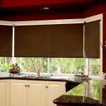 Темные шторы и светлая кухонная мебель