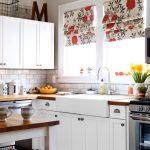 Белая мебель и цветные шторы на кухне
