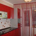 Красные занавески и мебель на кухне