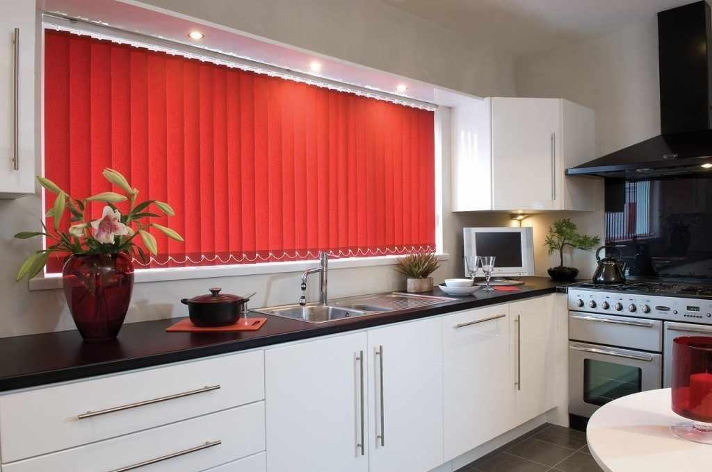 Красные жалюзи и белая мебель на кухне