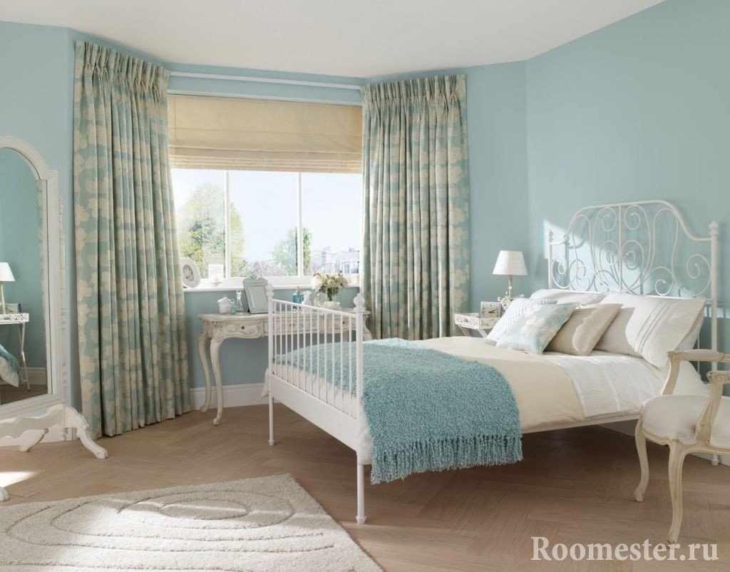 Шторы под дизайн спальни в голубом цвете