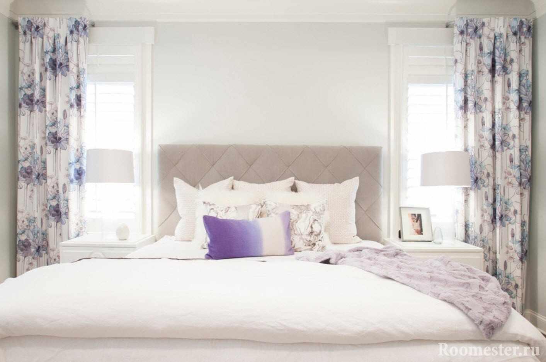 Занавески на окна по обе стороны кровати