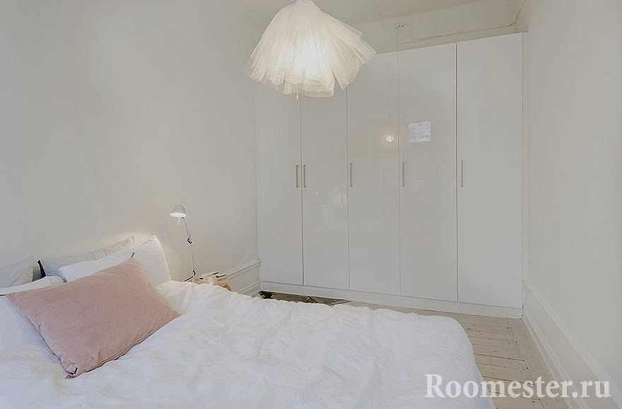 Шкаф во всю стену в спальной комнате