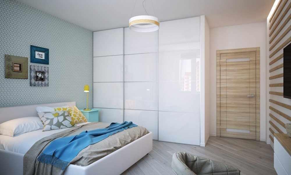 Большой белый шкаф в спальне