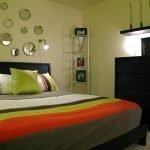Декор зеркалами над кроватью