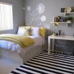 Серые стены в небольшой спальне