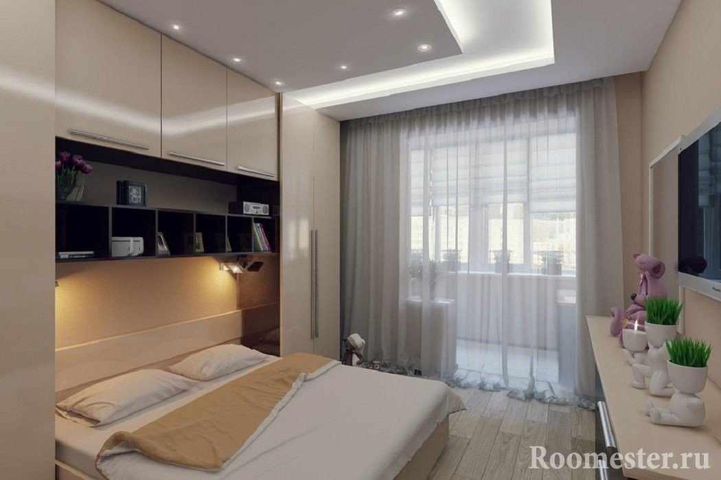 Уютная маленькая спальня с совмещенной лоджией