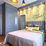 Сочетание дерева и синего цвета в интерьере спальни