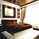 Полки с подсветкой в спальне