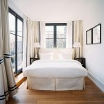 Спальня с окнами большого размера