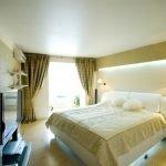 Кровать в спальне с подсветкой