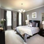 Прямоугольная спальня в серых тонах