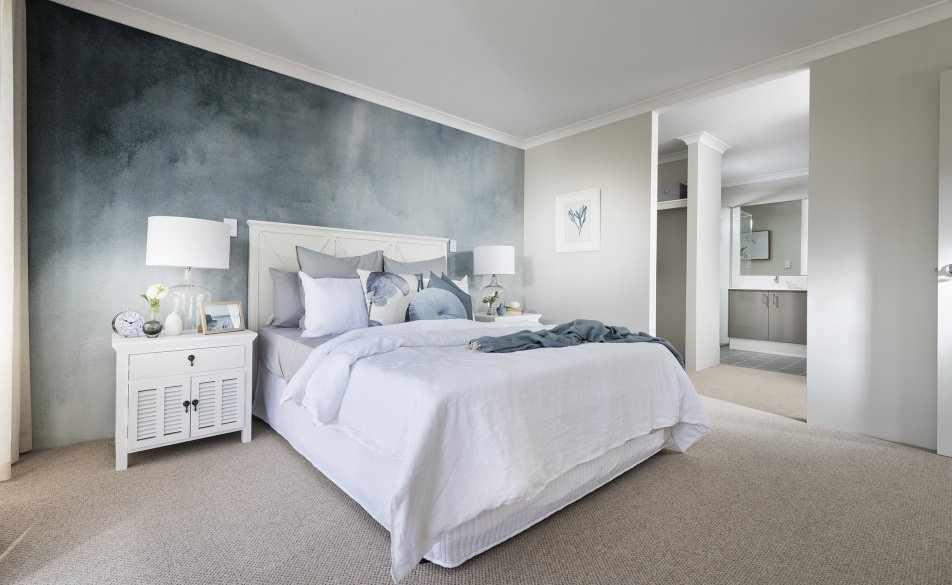 Квадратная спальня с акцентной стеной