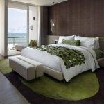 Зеленый ковер в спальне