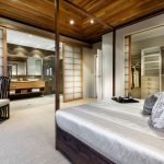 Потолок из бруса в спальне