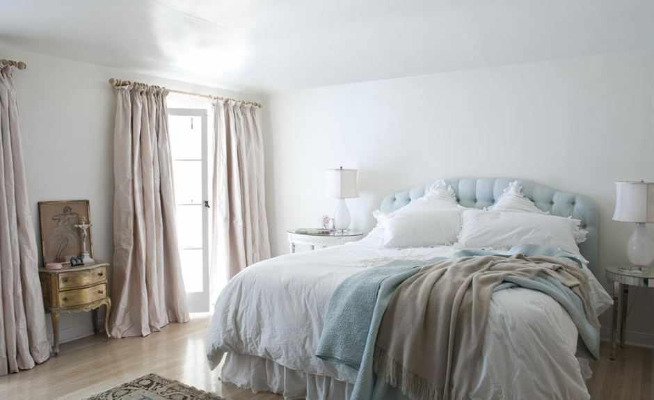 Светлая спальня с высокой кроватью