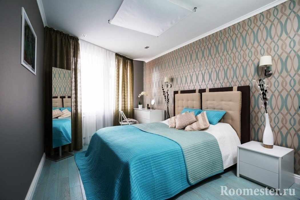Белая тумбочка и комод в спальне