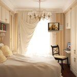 Светильник и полка с книгами над кроватью