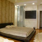 Шкуры на полу спальни