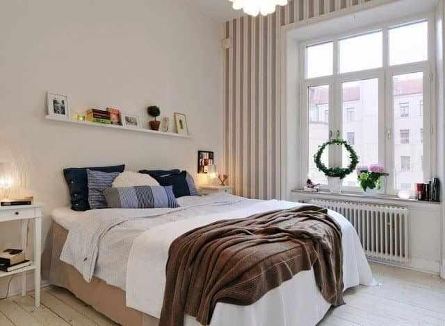Светлая спальня 4 на 4 метра с большим окном