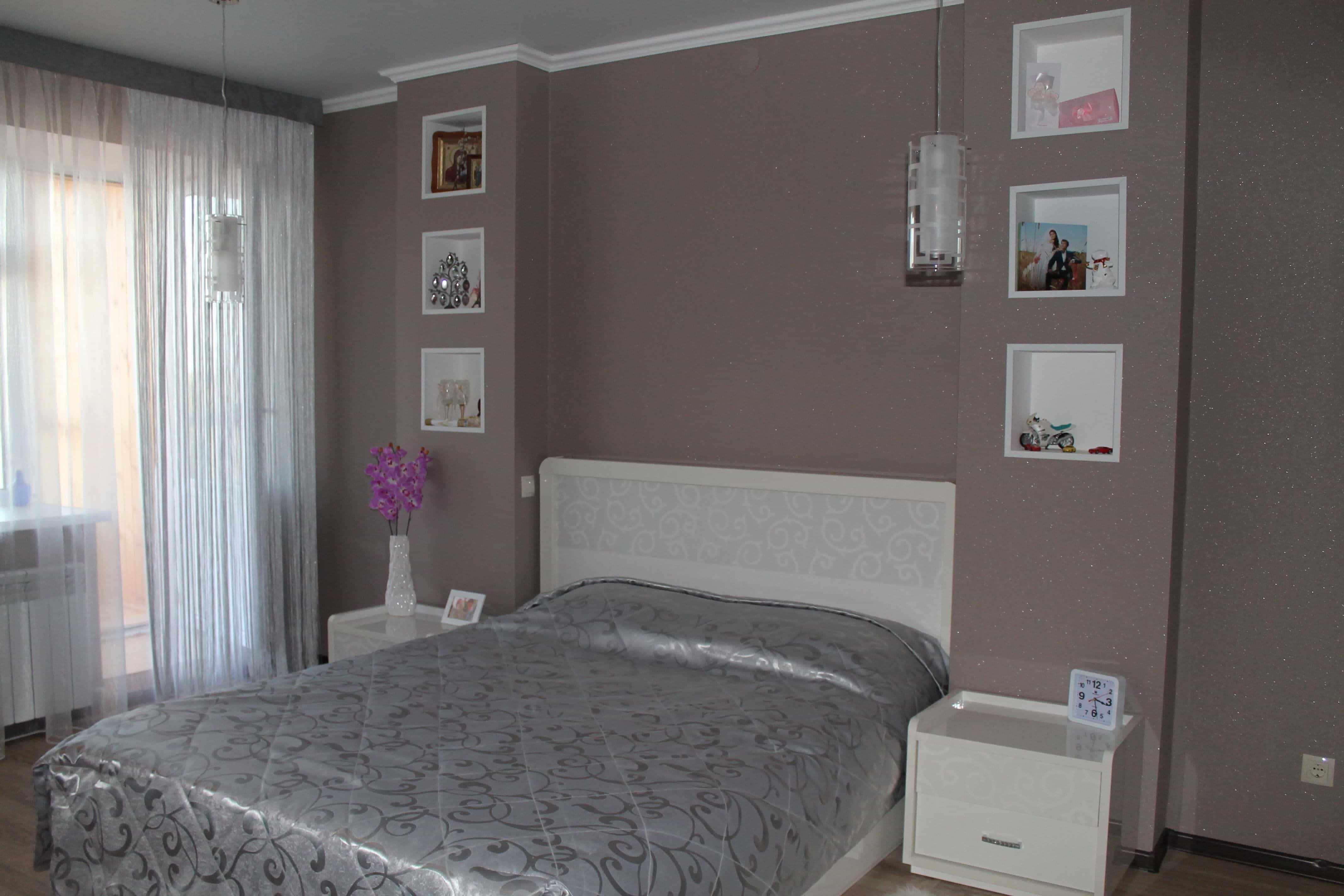 Спальня 4 на 4 метра с изголовьем кровати в нише