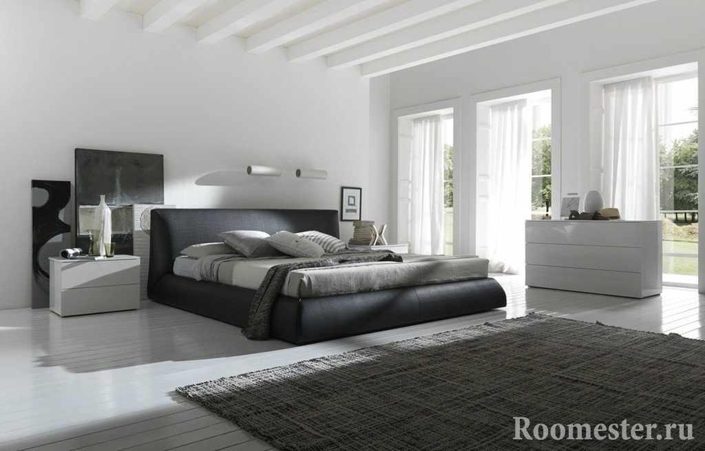 Просторная спальная комната