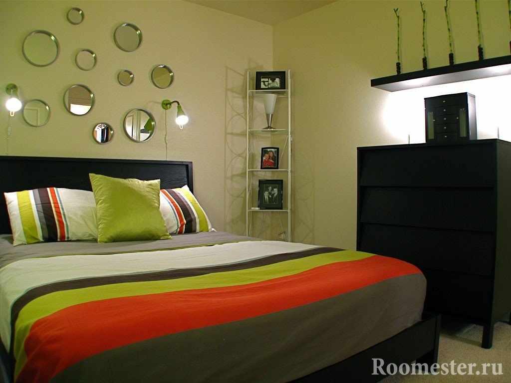 Круглые зеркала над изголовьем кровати