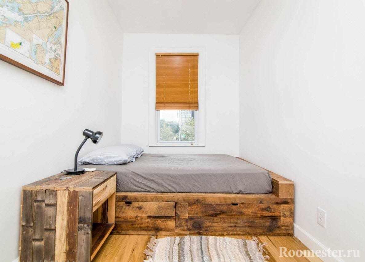 Узкая спальня с кроватью