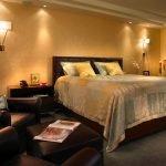 Светильники и потолочная подсветка в спальне