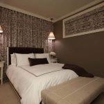 Белая кровать в коричневой спальне