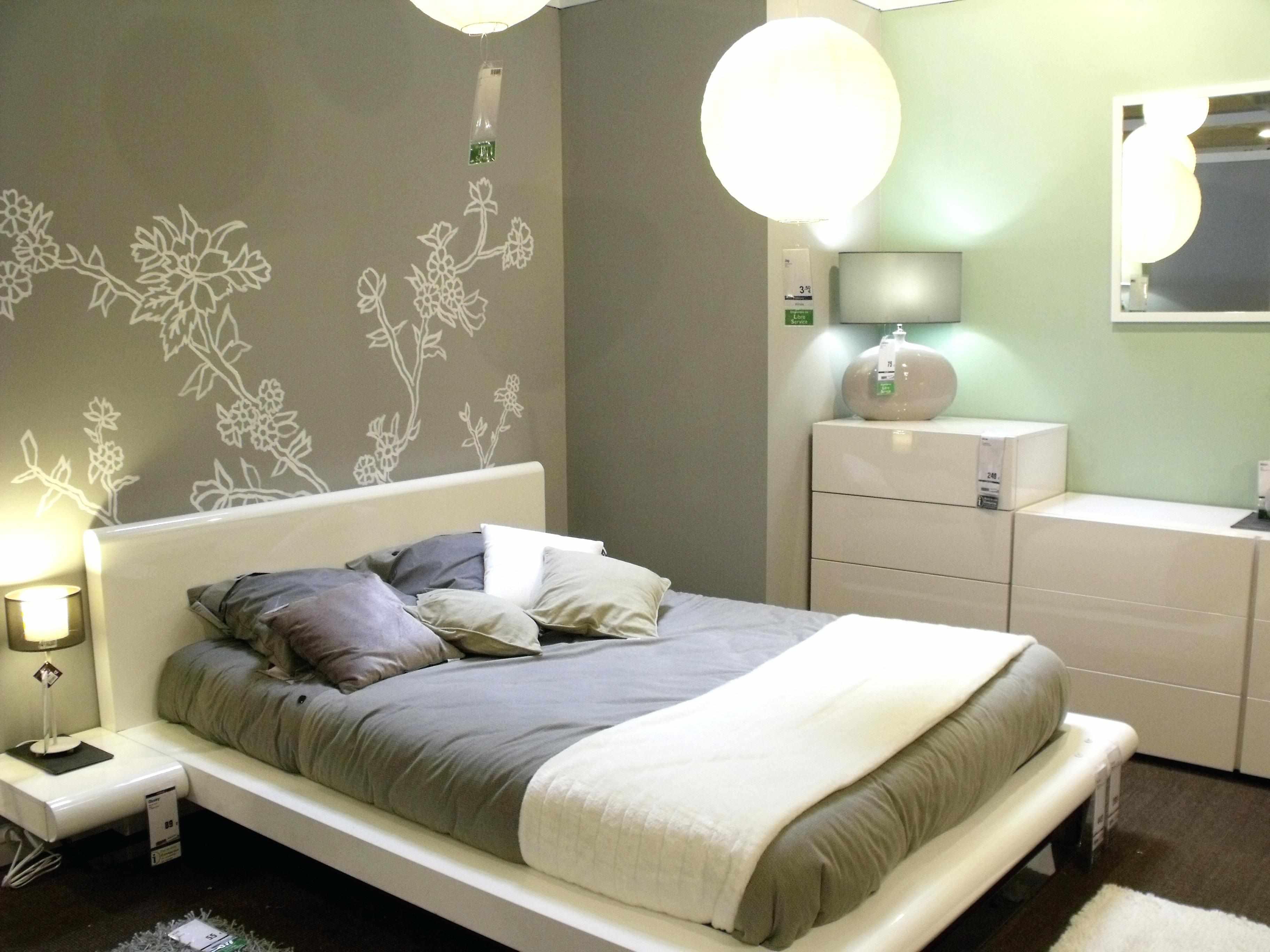 Рисунок в виде растений на стене в спальне