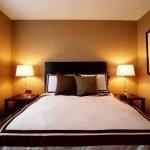 Коричневые подушки на белой постели