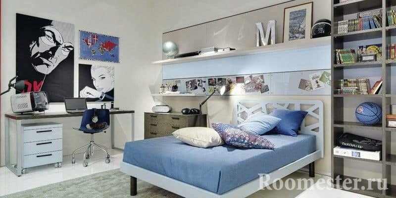Светлый дизайн спальни для мальчика с рабочим местом, стеллажом и кроватью